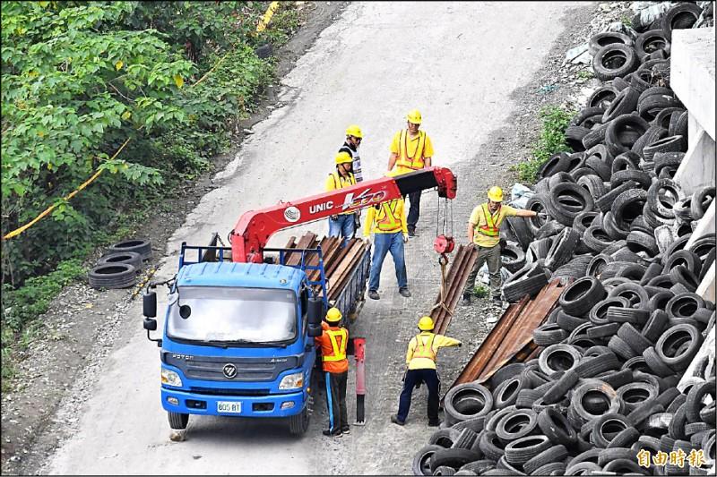 台鐵人員昨運來鋼板,準備在工地便道臨軌 側,打設鋼軌樁,做為安全圍籬防護。 (記者游太郎攝)