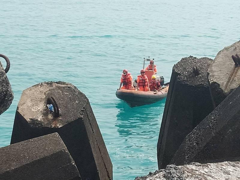 釣客在宜蘭縣粉鳥林漁港失聯,海巡署人員搭橡皮艇搜尋。(記者江志雄翻攝)