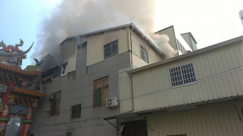 台南市東區東成街一棟三樓透天民宅冒出火舌與濃煙。(圖:民眾提供)