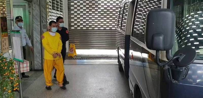 花蓮地檢署今天早上再度向看守所借提羈押中的越南移工華文好。(記者王錦義翻攝)