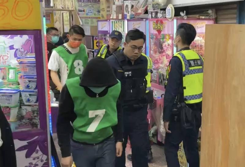 天九牌賭場以夾娃娃店當掩護。(記者吳仁捷翻攝)