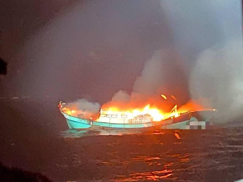 ㄧ艘蘇澳籍漁船昨晚在龜山島海域起火燃燒,船上2名船員驚險獲救。(記者江志雄翻攝)