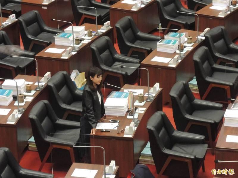 高市議員黃捷上午質詢鎖定能源政策,並痛批國民黨對能源「三擋」。(記者王榮祥攝)
