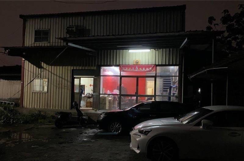 新北警方2月底在泰山民生路一間神壇查獲賭場,逮獲鍾嫌等12名賭客,42餘萬賭資、抽頭金。(記者吳仁捷翻攝)