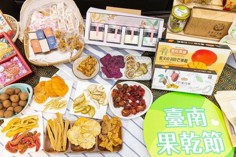 台南市長黃偉哲準備將台南豐富多元的果乾裝箱,寄給駐美代表蕭美琴。(截取自黃偉哲臉書)