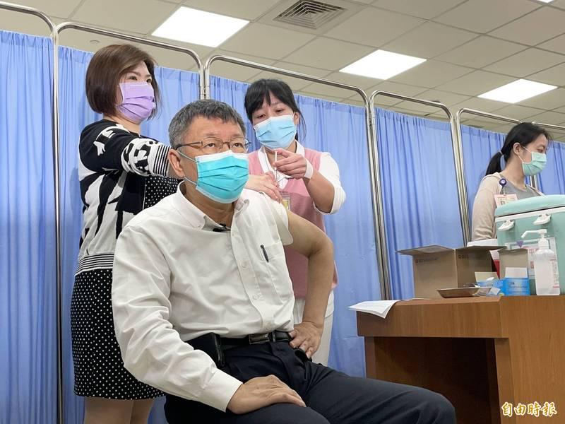 台北市長柯文哲昨完成AZ疫苗施打,今早仍準時出席會議,媒體關心健康狀況,他笑稱「沒什麼不好啊,還可以上班。」(資料照)