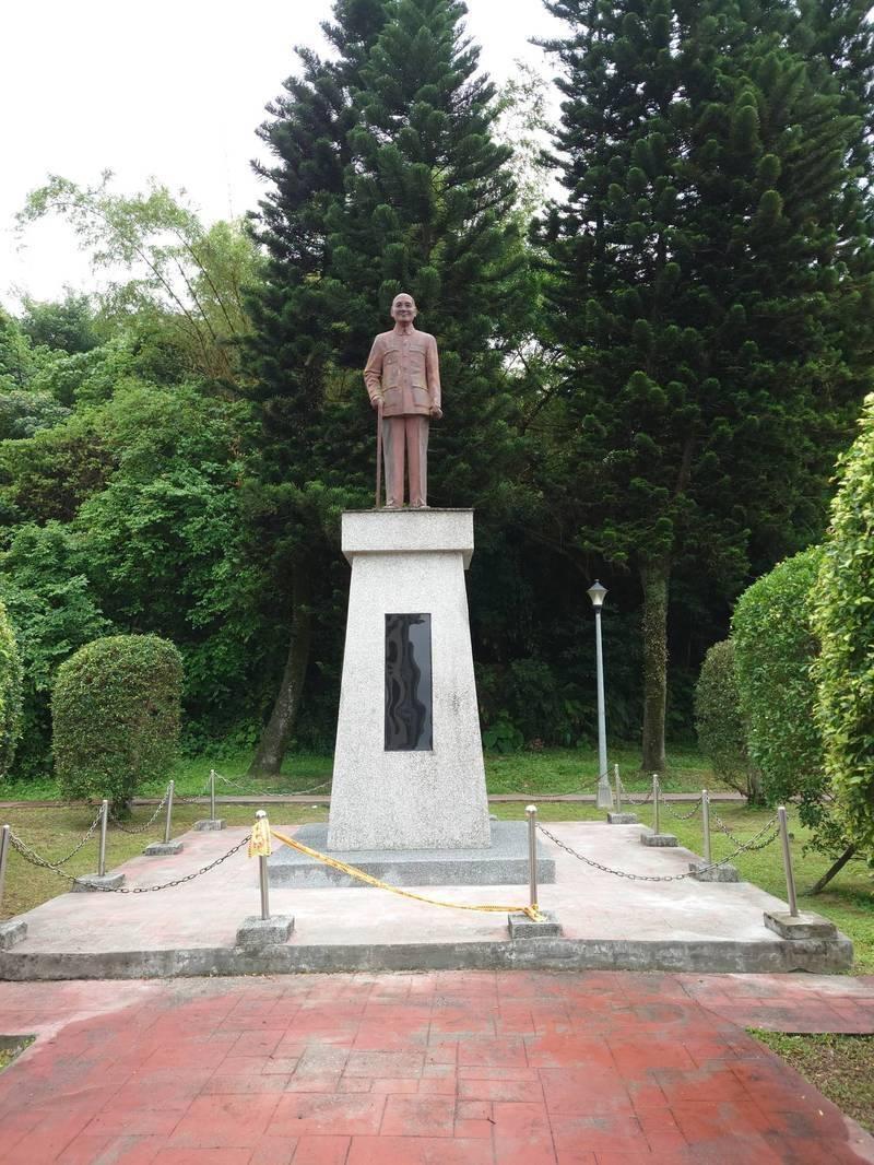 台北市公園處近期將中研院、胡適國小門口前的蔣介石銅像,比照學校做法僅遮蔽文字。(林穎孟提供)