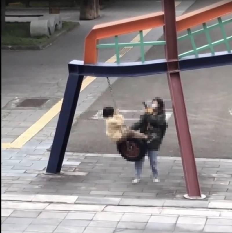 日本當代藝術家奈良美智在台北藝術大學內設特展,引發民眾搶看熱潮,但部分參展遊客素質低落,竟偷校內生態池烏龜、將裝置藝術拿來盪鞦韆等,近期引發北藝大師生怒火與苦惱。(北藝大提供)