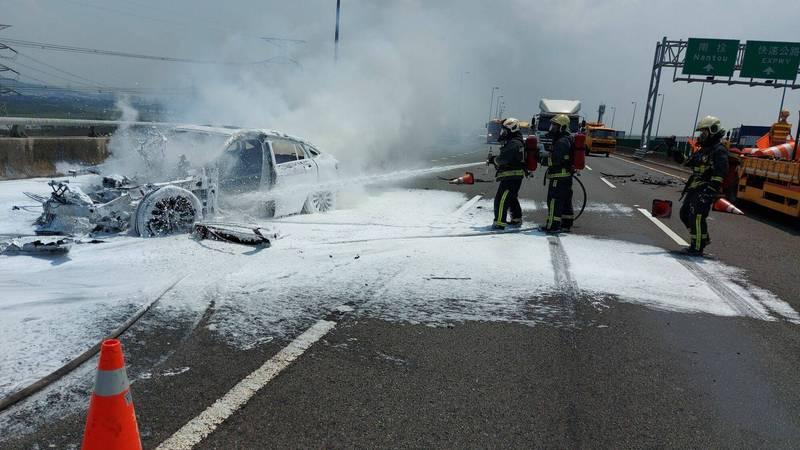 賓士車衝撞工程車爆炸成火球,車上男女跳車逃命,所幸僅受驚嚇,消防員搶救。 (記者湯世名翻攝)
