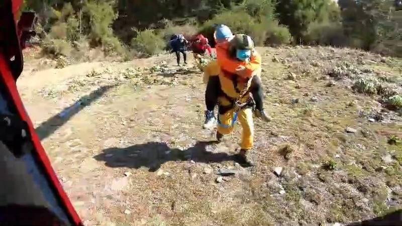 受傷的50歲張女由特搜人員背負上機,在機上冰敷後送到花蓮就醫。(空勤總隊提供)