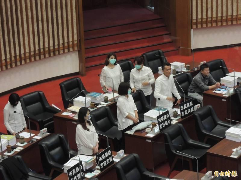 高市議會國民黨團多名議員身穿白衣,質詢高雄市長陳其邁與市府團隊。(記者王榮祥攝)
