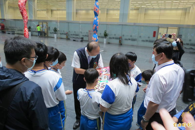 烏日國小10位小天使搭捷運逛市府,教育局長楊振昇親自與小天使們交流。(記者蘇金鳳攝)