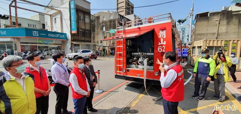 新竹市長林智堅與8大醫院代表前往國泰醫院視察演練緊急供水情形。(記者蔡彰盛攝)