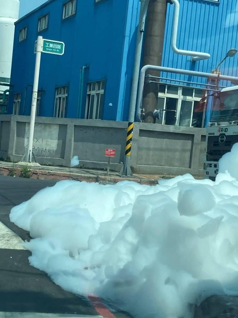 桃園市觀音工業區經建四路、工業四路口出現大量白色泡沫。(擷取自臉書社團桃園爆報)