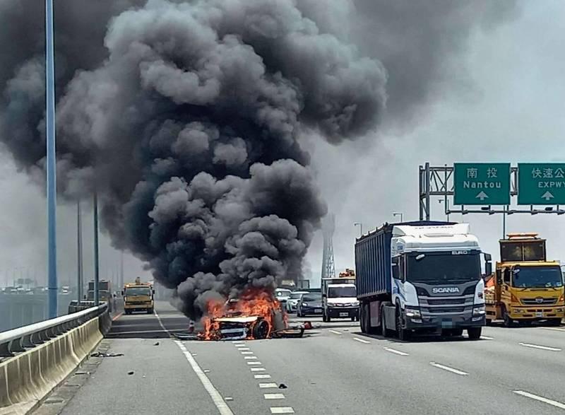 1輛賓士GLC Coupé行經國道3號彰化路段時,突然衝撞內側車道進行移動式清掃作業的緩撞車,賓士瞬間起火燃燒並彈到外側車道,整輛車被大火吞噬,濃煙竄天。 (記者湯世名翻攝)