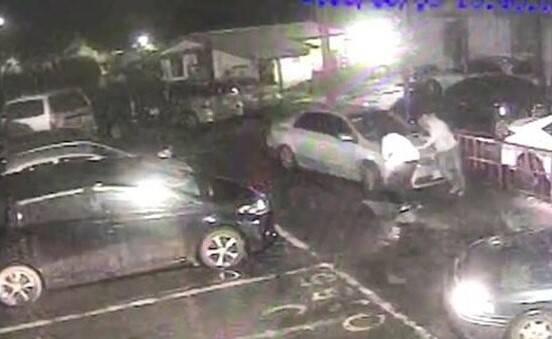 現場監視器拍攝到劉男被撞擊時的畫面。(記者吳昇儒翻攝)