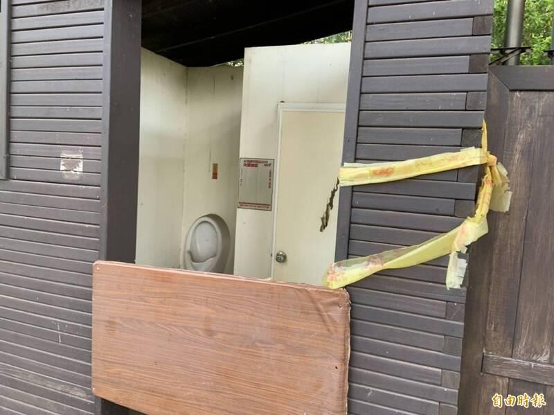 沙鹿登山步道廁所封閉2年未修。(記者張軒哲攝)
