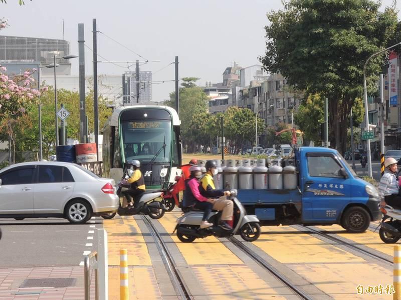 如何避免輕軌被入侵,高雄市長陳其邁指出將增設防撞警示系統,圖為輕軌路口場景。(記者王榮祥攝)