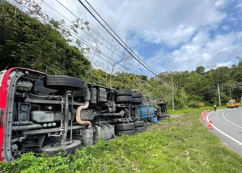 台9線花蓮瑞穗鄉舞鶴路段今天下午又有連結車翻覆事故,幸好載運的水泥粉沒有溢出、沒有佔用車道,駕駛輕傷送醫。(警方提供)