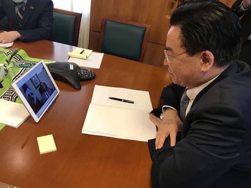 外交部長吳釗燮和海地外長喬塞德進行視訊通話。(外交部提供)