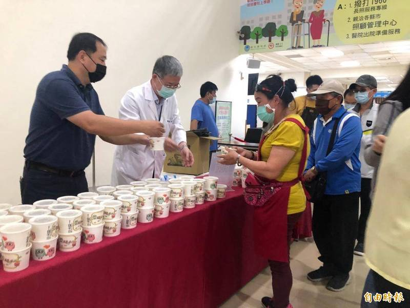 澎湖區漁會與衛生福利部澎湖醫院合作,提供喝鮮魚湯補元氣活動。(記者劉禹慶攝)