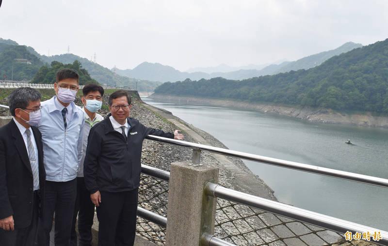 鄭文燦(右1)視察石門水庫時有感而發,若非超前部署抗旱,石門水庫現在可能已見底。(記者李容萍攝)