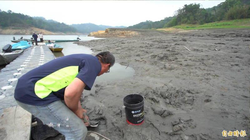 石門水庫集水區上游的薑母島居民每天一早就要清淤泥,根本清不完。(記者李容萍攝)