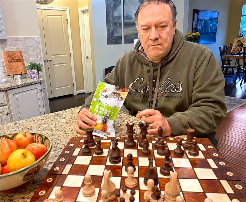 龐皮歐昨在推特分享照片,他手拿一包寫有繁體字的鳳梨乾,一邊下西洋棋。(圖:取自龐皮歐推特)