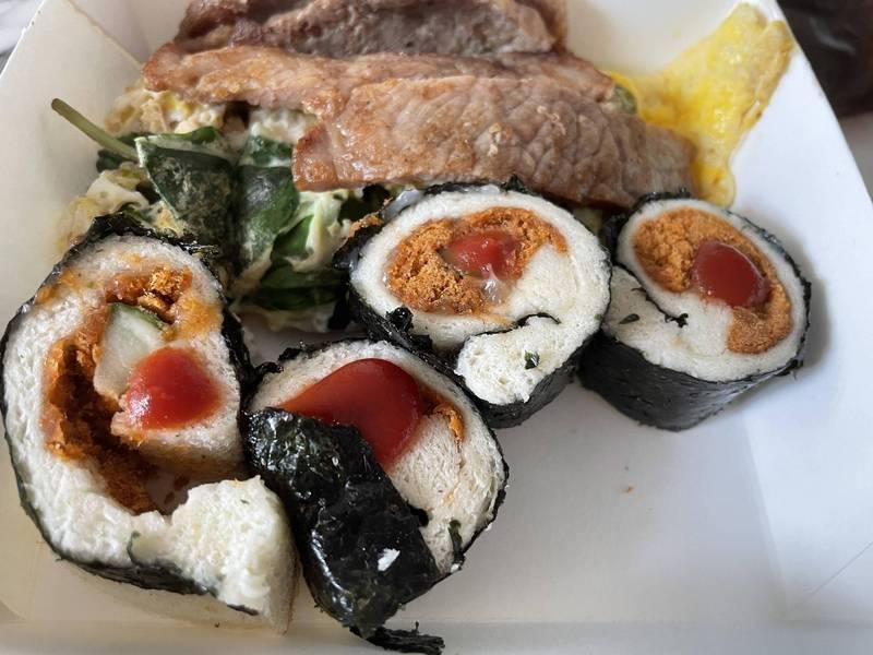 壽司的醋飯竟然是用吐司代替,讓網友相當傻眼。(圖取自「批踢踢實業坊」)