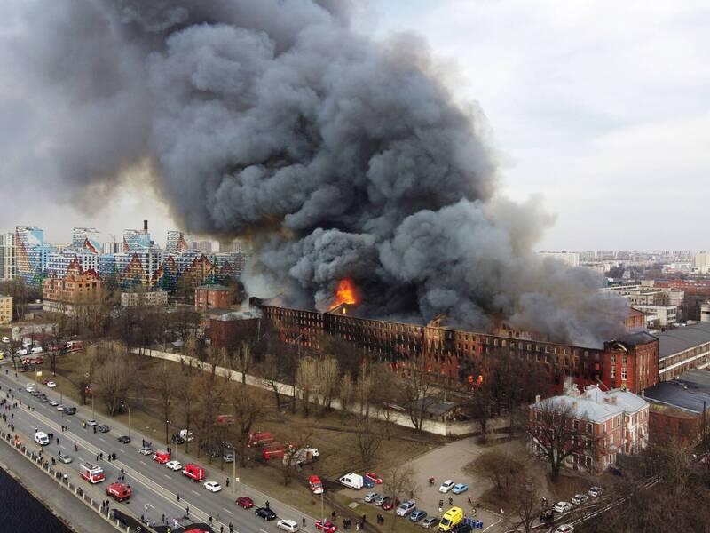 俄羅斯第2大城聖彼得堡地標、一座擁有180年歷史的工廠12日爆發大火。(路透)