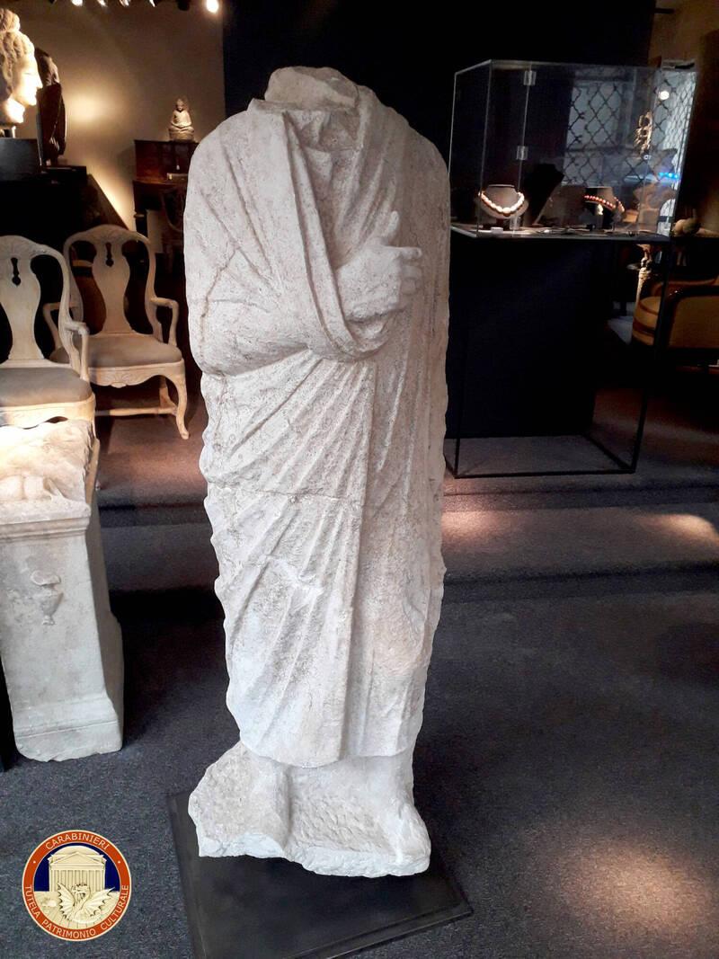 義大利負責保護文化遺產的執法機構「Carabinieri art squad」,日前傳出2名派駐比利時布魯塞爾的考古部門成員,非執勤時間散步時,意外在古董店尋獲1件失竊的大理石雕像。(美聯社)