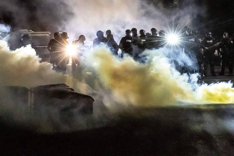 美國又傳出非裔人士遭警方槍擊死亡案,超過百名民眾上街抗議,警方則稱把電擊槍拿成手槍。(法新社)