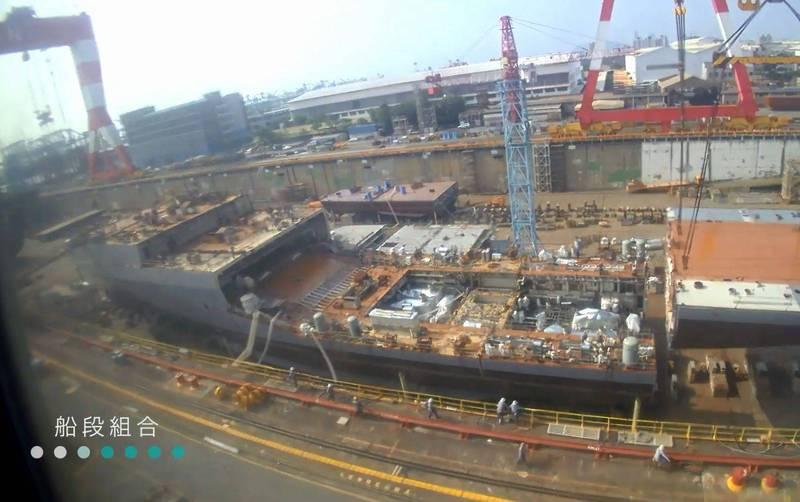 海軍首艘國造「兩棲船塢運輸艦」今日下水,並命名為「玉山艦」,乃「國艦國造」的里程碑,其建造和船段組合的過程畫面經過縮時處理,宛如積木堆疊,相當驚人。(台船公司提供)