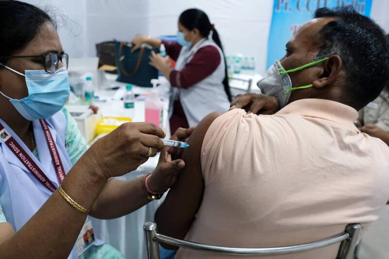 印度第2波武漢肺炎疫情猛爆式增長,政府正加速疫苗接種來減緩病毒散播。(彭博)