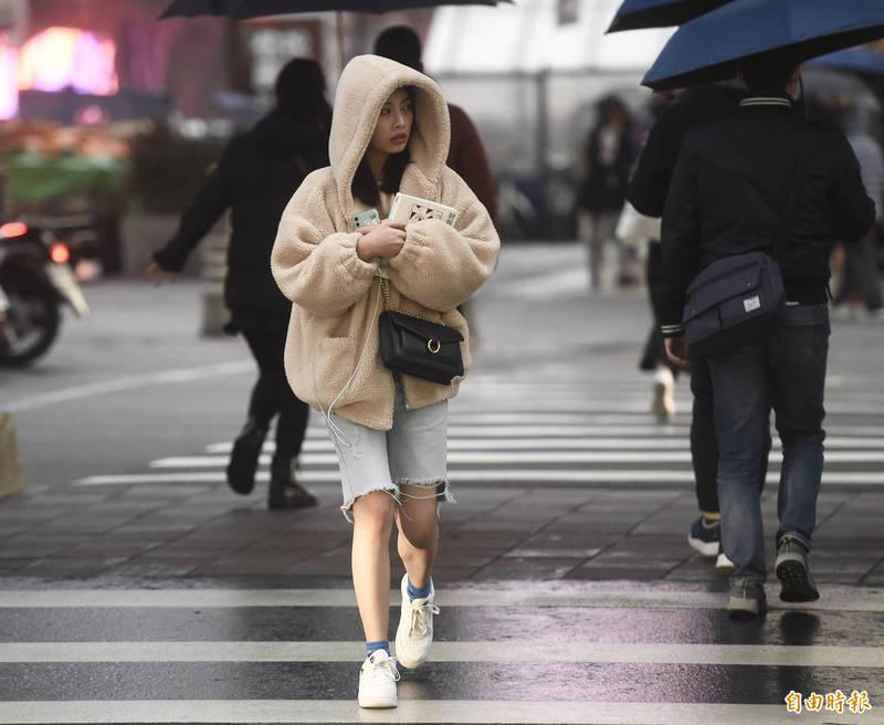 明天有鋒面通過,東北季風增強,北部及東北部天氣明顯轉濕涼,但中南部仍無明顯雨勢。(資料照)