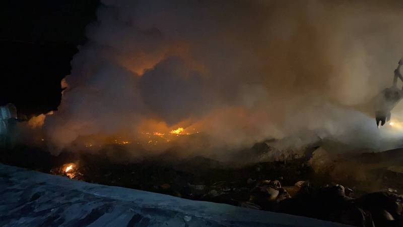 高市岡山區1家廢棄物掩埋場昨晚發生火警。(民眾提供)