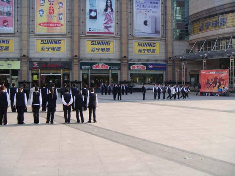 中國教育部與中共中央軍委國防動員部今天發布「高中階段學校學生軍事訓練教學大綱」,將於8月1日中共建黨100周年起實施,明定中國高中生的軍事訓練課程,在校總計不得少於7天56課時。圖為上海一家知名企業員工午後進行分列式齊步走訓練。(示意圖,中央社)