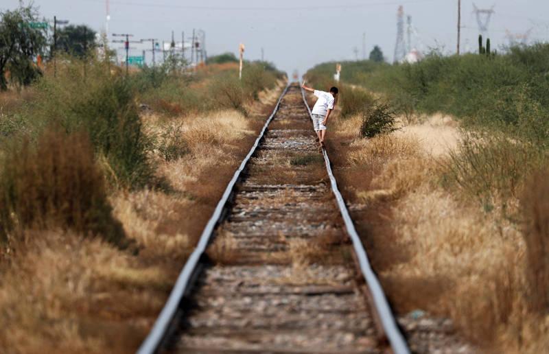 墨西哥日前發生一起驚悚命案,一名飼主散步時因為愛犬吠叫,在鐵道旁發現了一具受虐男嬰的屍體正被火燃燒,示意圖。(路透)