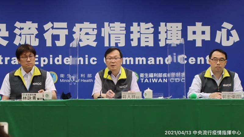中央流行疫情指揮中心發言人莊人祥表示,目前武漢肺炎疫苗接種累計已破2.5萬劑,新增15例不良事件,其中2例為疑似嚴重不良事件。(圖由指揮中心提供)