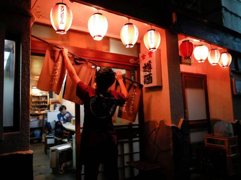 兵庫縣為了防疫而推行「扇子聚餐」,要民眾聚餐時用扇子遮住嘴巴交談,並製作32萬支扇子發給餐廳,遭批浪費稅金。圖為日本居酒屋。(路透檔案照)