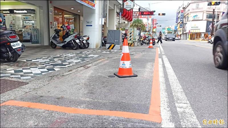 花蓮縣政府選定市區9處設為裝卸貨專用停車格示範區,並由市公所完成橘色外框供民眾辨識。(記者王錦義攝)