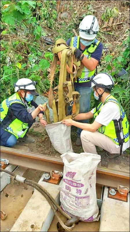 太魯閣號列車發生事故,調查人員在工程車上等處起獲綁帶、吊帶,查扣帶回調查。(記者王錦義翻攝)