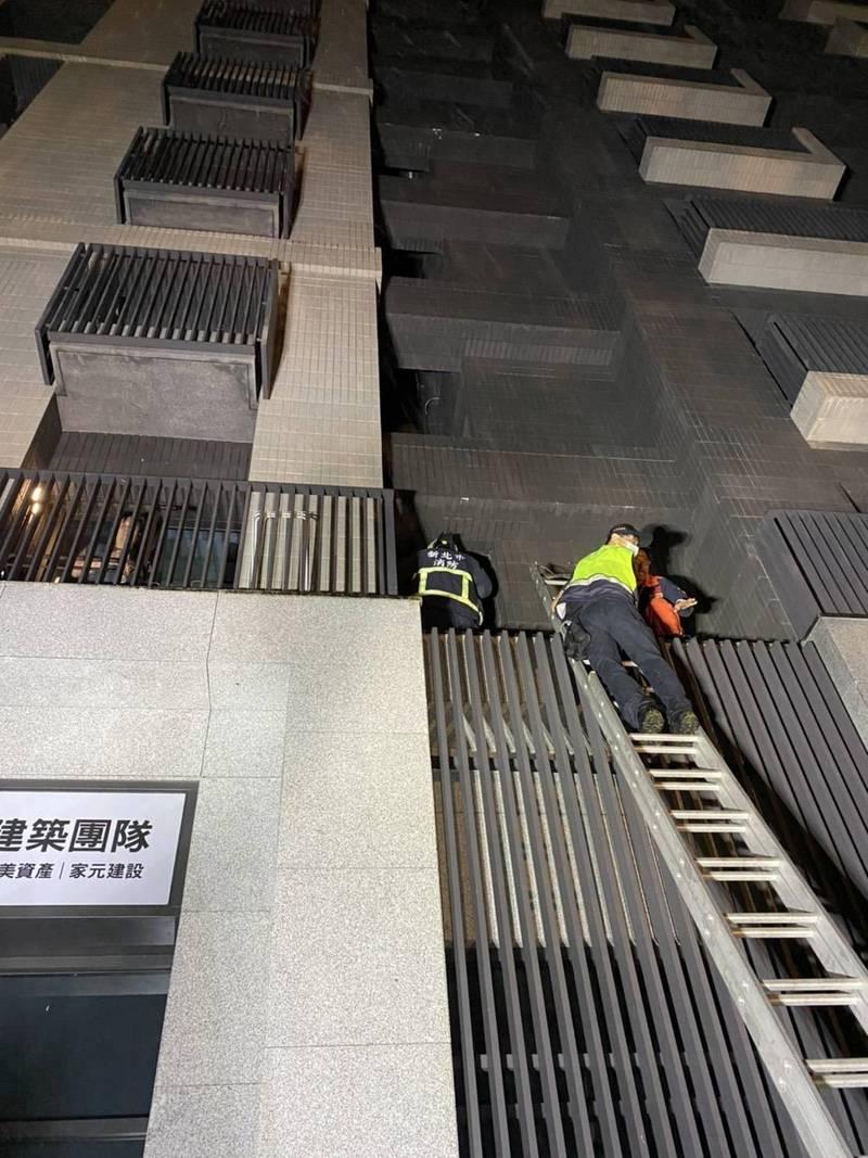 黃男逃跑時從6樓墜落到2樓,被發現時已明顯死亡(記者吳昇儒翻攝)