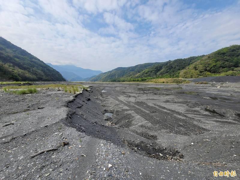 嚴重乾旱讓仁愛鄉霧社水庫見底,大片土砂盤據。(記者佟振國攝)