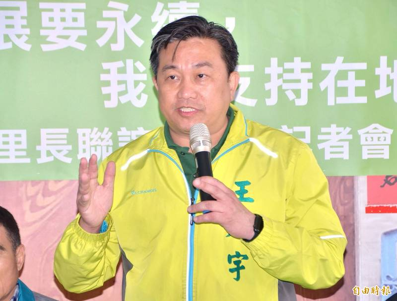 民進黨立委王定宇批評那些反對日本福島核廢水排入海中,卻又支持核電廠、核四的人,是立場矛盾的政治騙子。(記者吳俊鋒攝)