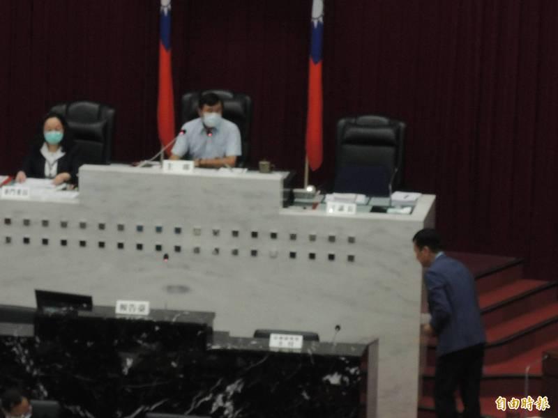 新任高市海洋局長張漢雄,上台報告時先向哥哥議員張漢忠致意。(記者王榮祥攝)