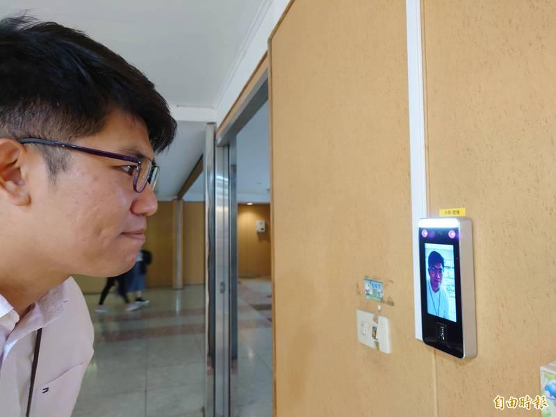 台南市府人事差勤系統,啟用人臉辨識智慧功能,員工上下班報到免刷卡。(記者洪瑞琴攝)