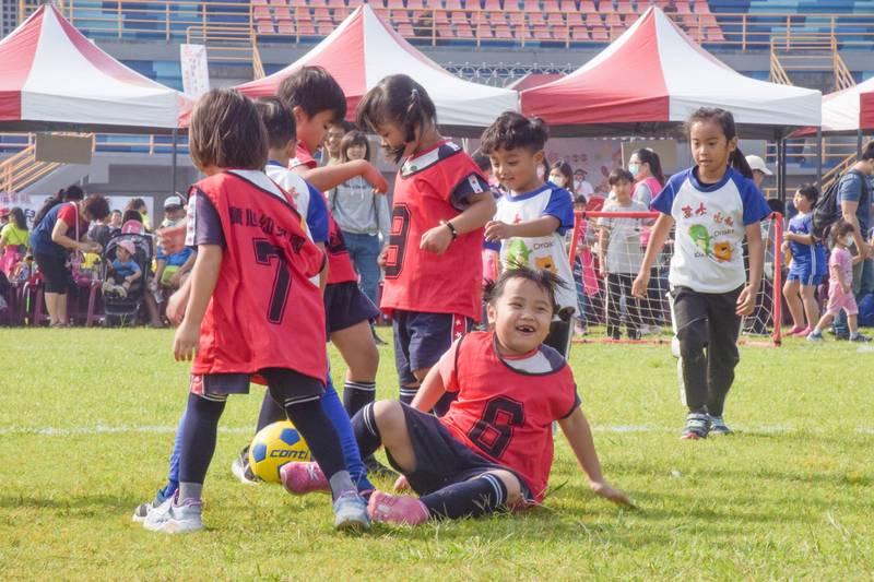 全國囝囡同樂會有好玩的幼兒足球賽。(屏東縣政府提供)