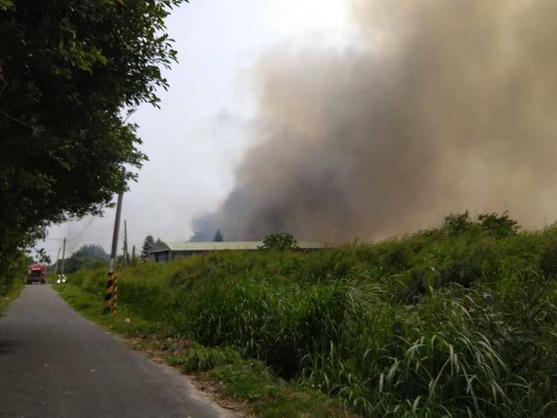 彰化鹿港省中巷傳出噴漆工廠火災,因為原料都是化學物質,濃濃黑煙竄升,鹿港市區都看得到。(記者劉曉欣翻攝)