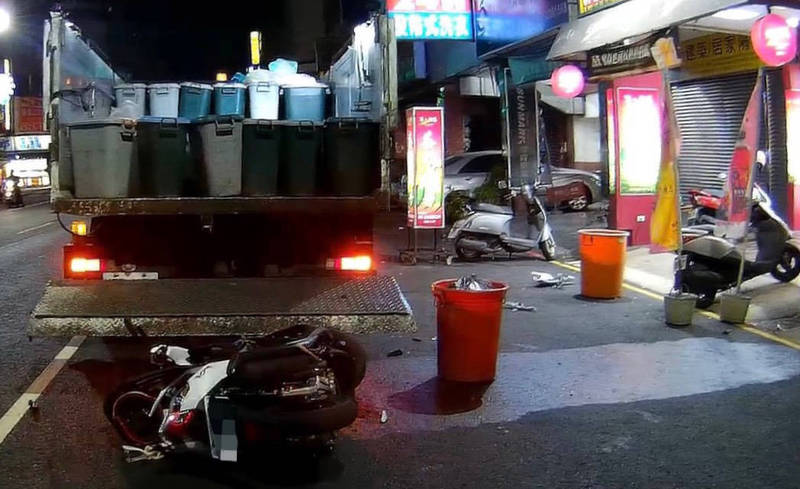 女大生追撞停路邊收廚餘回收車受傷送醫,肇責警調查釐清中。(民眾提供)